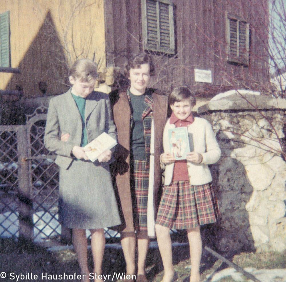 """Marlen Haushofer mit Barbara (li) und Sonja Bachbauer (re), 1965(aus dem Katalog """"Ich möchte wissen wo ich hingekommen bin!""""). Copyright Sybille Haushofer Steyr/Wien"""