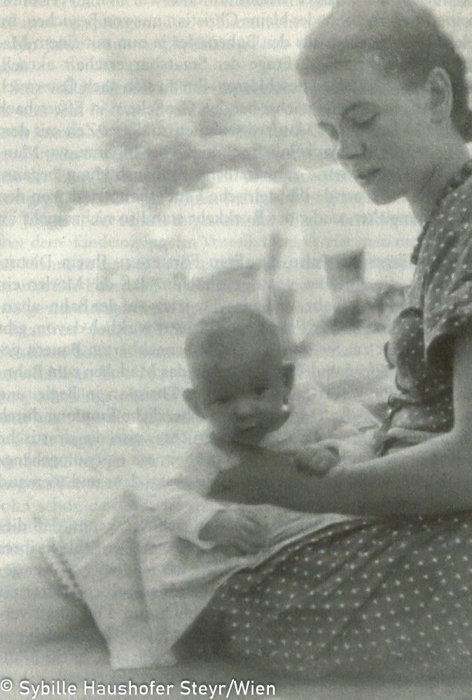 Marlen mit ihrem Sohn Manfred im Mai 1943 (aus Wahrscheinlich bin ich verrückt...Marlen Haushofer - die Biographie, Daniela Strigl). Copyright Sybille Haushofer Steyr/Wien