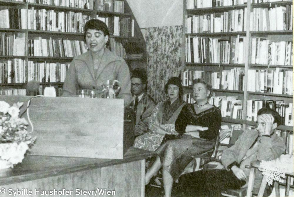 """Marlen Haushofer, 2. v. li. hintere Reihe, Bibliothek in Steyr, um 1959 (aus dem Katalog """"Ich möchte wissen wo ich hingekommen bin!""""). Copyright Sybille Haushofer Steyr/Wien"""