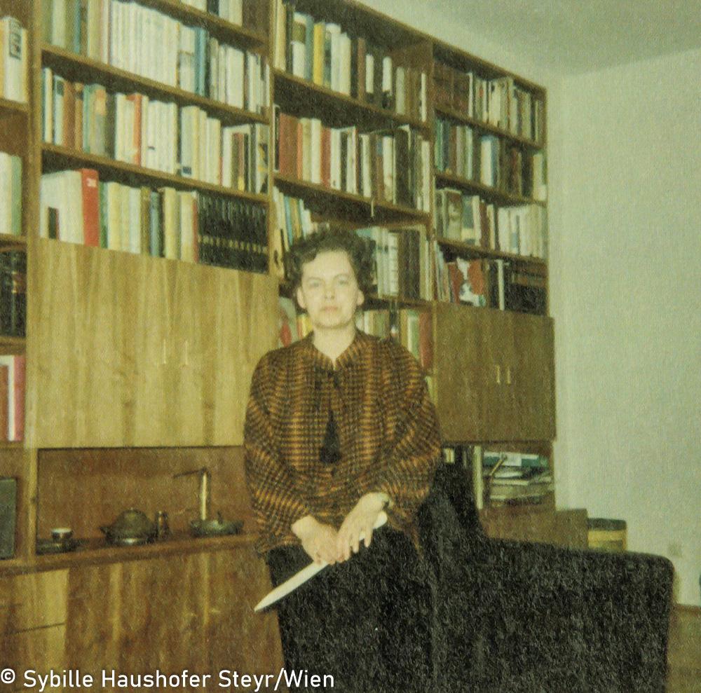 """Marlen Haushofer im Wohnzimmer ihrer letzten Wohnung, Johann-Puch-Strasse 6, Steyr, 1969 (aus dem Katalog """"Ich möchte wissen wo ich hingekommen bin!""""). Copyright Sybille Haushofer Steyr/Wien"""