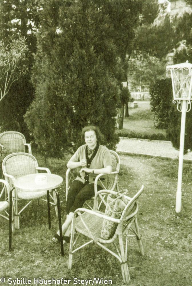 """Marlen Haushofer 1969 (aus dem Katalog """"Ich möchte wissen wo ich hingekommen bin!""""). Copyright Sybille Haushofer Steyr/Wien"""