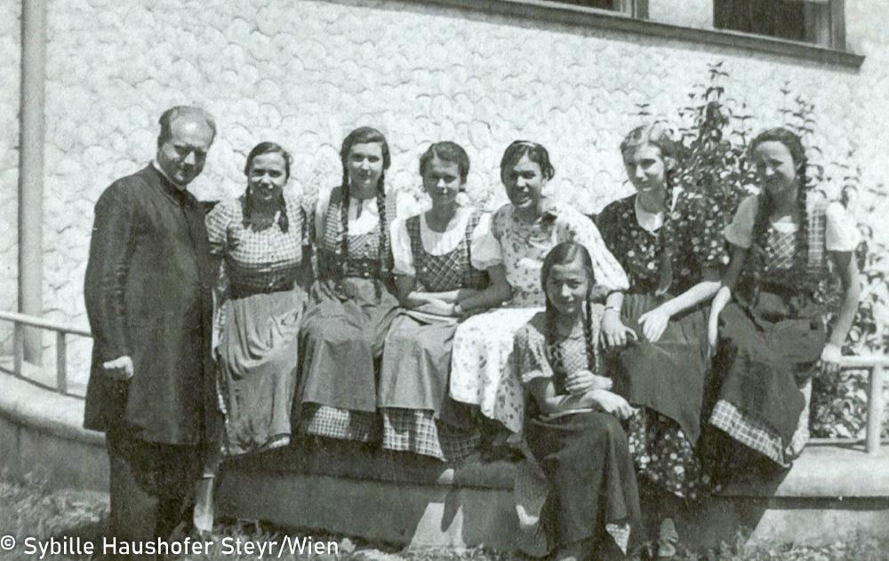 """5. Klasse der Ursulinen in Linz, 1936, v. links: Prof. Knopp, Pepi Aumayr, Gerti Menzl, Marlen Haushofer, Lisl Pühringer, Margarethe Rendl, Peperl Wasmayr (aus dem Katalog """"Ich möchte wissen wo ich hingekommen bin!""""). Copyright Sybille Haushofer Steyr/Wien"""