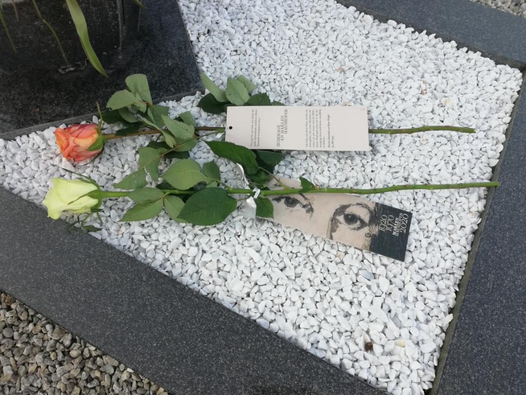 Grab von Marlen Haushofer mit Rosen und Lesezeichen