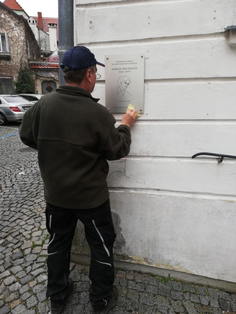 Montage der Gedenktafel an der Berggasse 81, Steyr